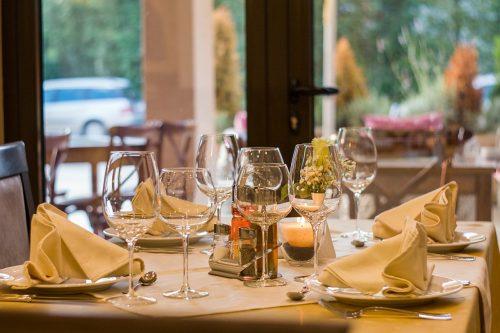 Ēdināšanas joma Latvijā – cik apgroza, nopelna un nodokļos samaksā nozares līderi?